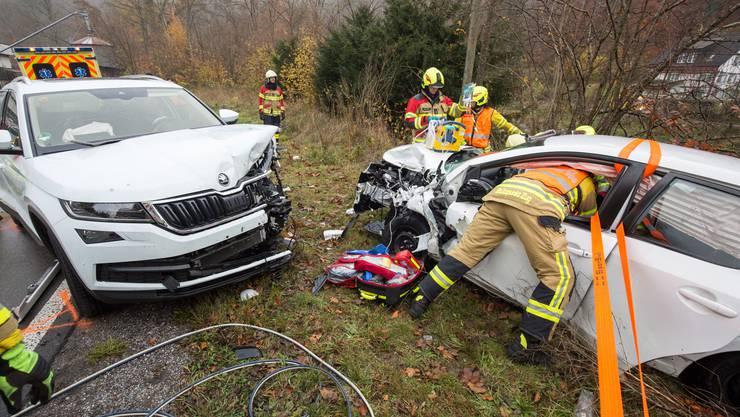 Auf der Sihlbruggstrasse sind in der Laubaukurve zwei Autos zusammengeprallt. Zwei Personen wurden erheblich, eine Person leicht verletzt.