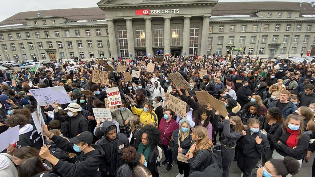 Über tausend Personen an Kundgebung gegen Rassismus in Biel
