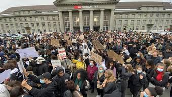 """Kundgebung zu """"Black Lives Matter"""" am frühen Freitagabend in Biel."""
