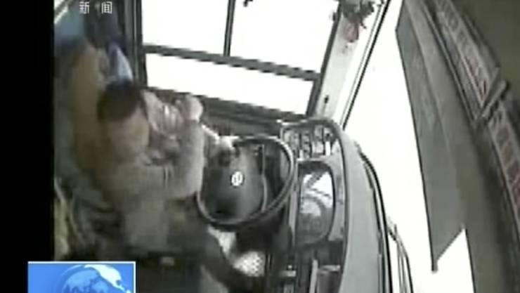 Diese Bilder einer Überwachungskamera zeigen laut den chinesischen Behörden den folgenschweren Streit zwischen einer Passagierin und dem Fahrer eines Busses. Beim Unglück kamen 13 Menschen ums Leben, zwei Personen werden noch vermisst.