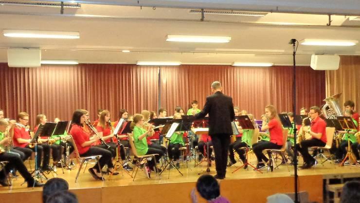 Die Jugendmusik und die Beginnerband spielen gemeinsam ein Stück.