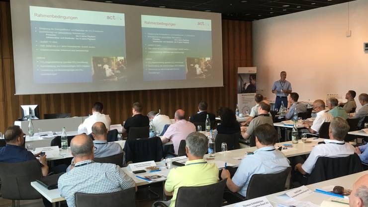 Die Teilnehmer verfolgen das Referat von Simon Bieri, Leiter Verkauf bei act Cleantech Agentur Schweiz