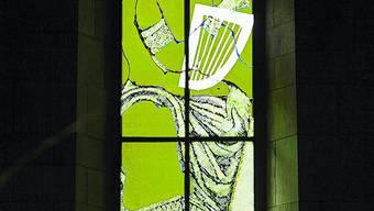 David-Fenster: Eines der fünf figurativen Fenster; das Attribut des Psalmendichters ist die Harfe.