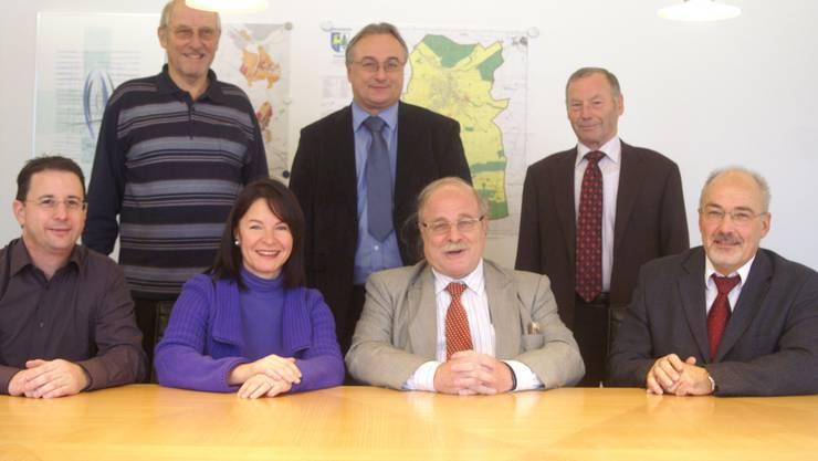 Vereint: Die Schneisinger (r.) und die Ehrendinger Vertreter (l.), Peter Birrer hinten in der Mitte. (pel)