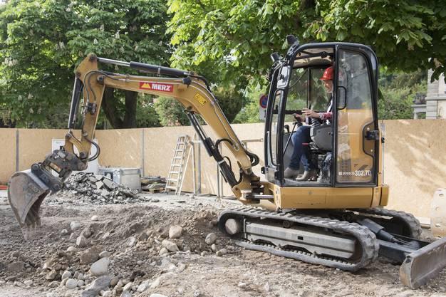 Auch Stadträtin Sandra Kohler baggert am Spatenstich zum Umbau des Kurtheaters.
