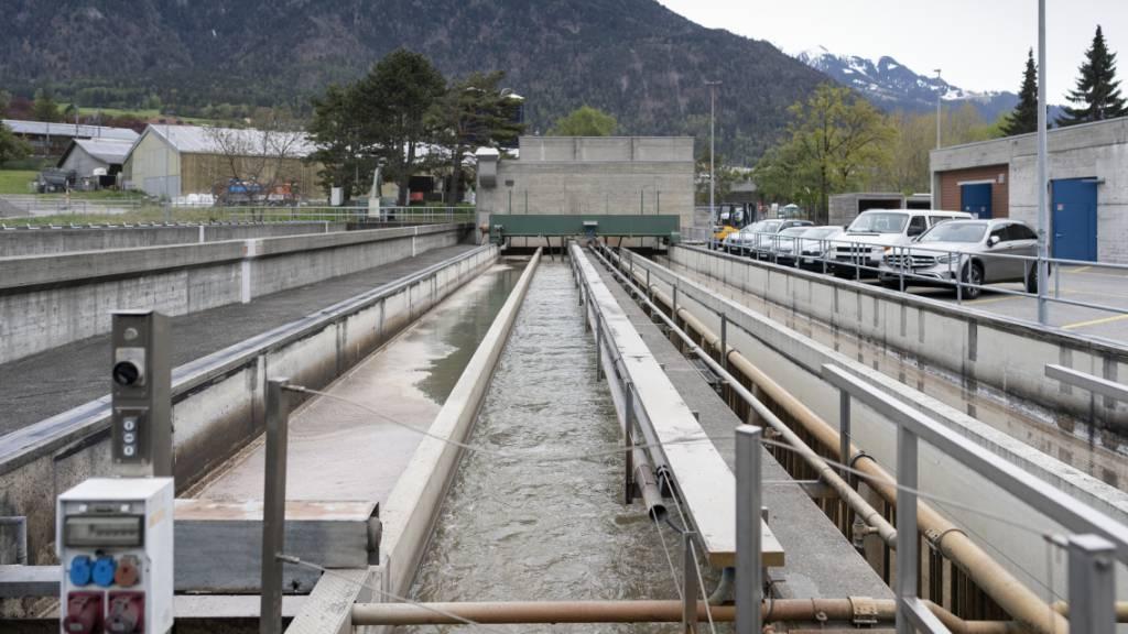 Unter anderem in der Kläranlage Chur entnehmen die Forschenden regelmässig Abwasserproben, um die Ausbreitung der Virus-Varianten zu bestimmen. (Archivbild)