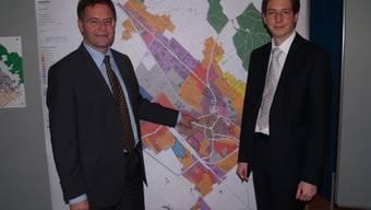 Ammann Walter Dubler und Bauverwalter Marcel Handler vor dem neuen Nutzungsplan