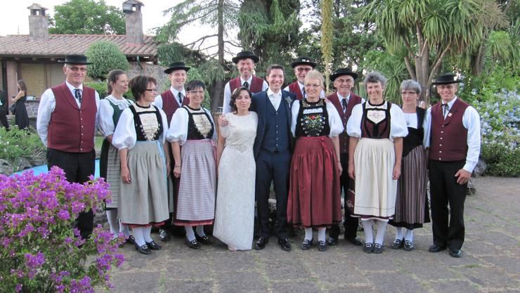 Trachtentanzgruppe mit Brautpaar.