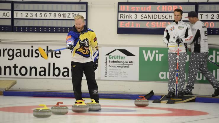Der Schwede Niklas Edin (l.) zeigt im Final, wo es langgeht. Sein norwegischer Konkurrent Thomas Ulsrud beobachtet skeptisch.