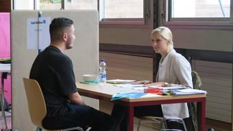 Vorstellungsgespräche in der Turnhalle: Zum vierten Mal fand im Schulhaus Luberzen in Dietikon eine Lehrstellenbörse statt.