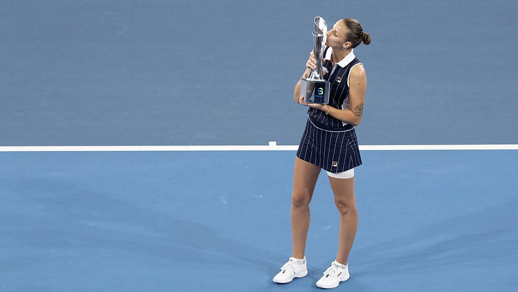 Auch die Tennisanlage ist in Brisbane bereits vorhanden: Karolina Pliskova nimmt im Januar 2020 einen Pokal entgegen.