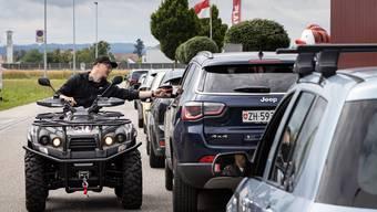 Vorbildlich: Ein Mitarbiter des ersten Drive-in-Festivals in Härkingen am vergangenen Wochenende kontrolliert, ob die Besucher ihr Contact-Tracin_formular ausgefüllt haben.