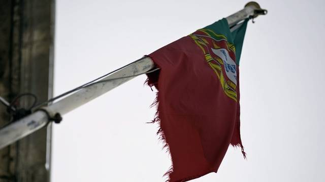 Die portugiesische Flagge hängt von einem Fahnenmast am Gebäude des portugiesischen Finanzministeriums in Lissabon (Archiv)