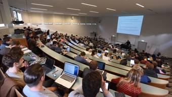 Studenten an der Universität Basel in einem Hörsaal.