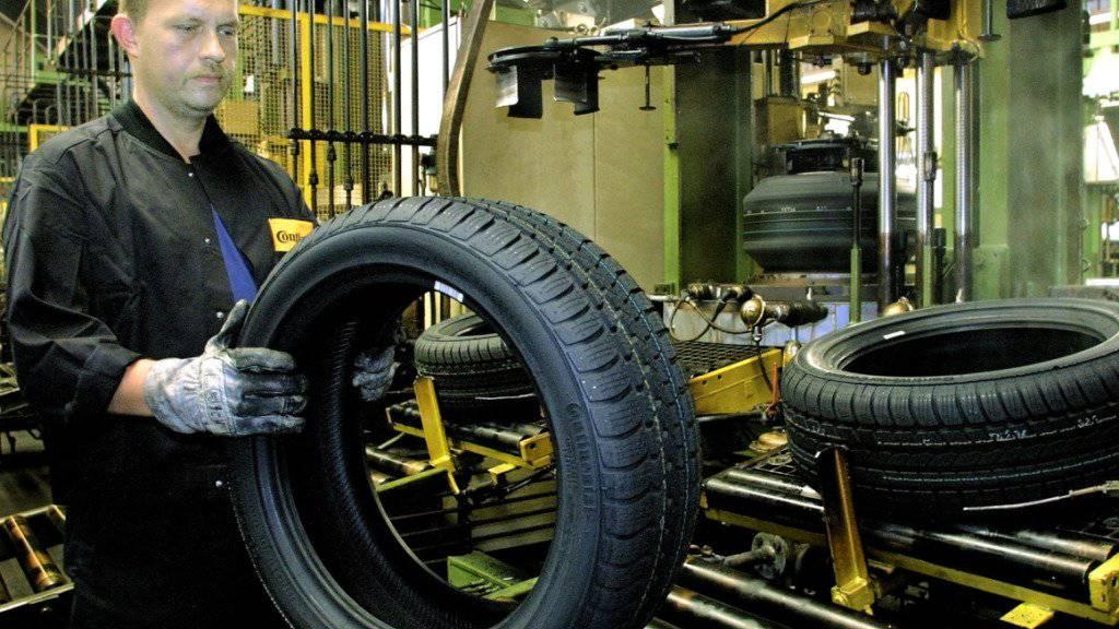 Ein Arbeiter in der Continental-Fabrik in Hannover. (Archiv)