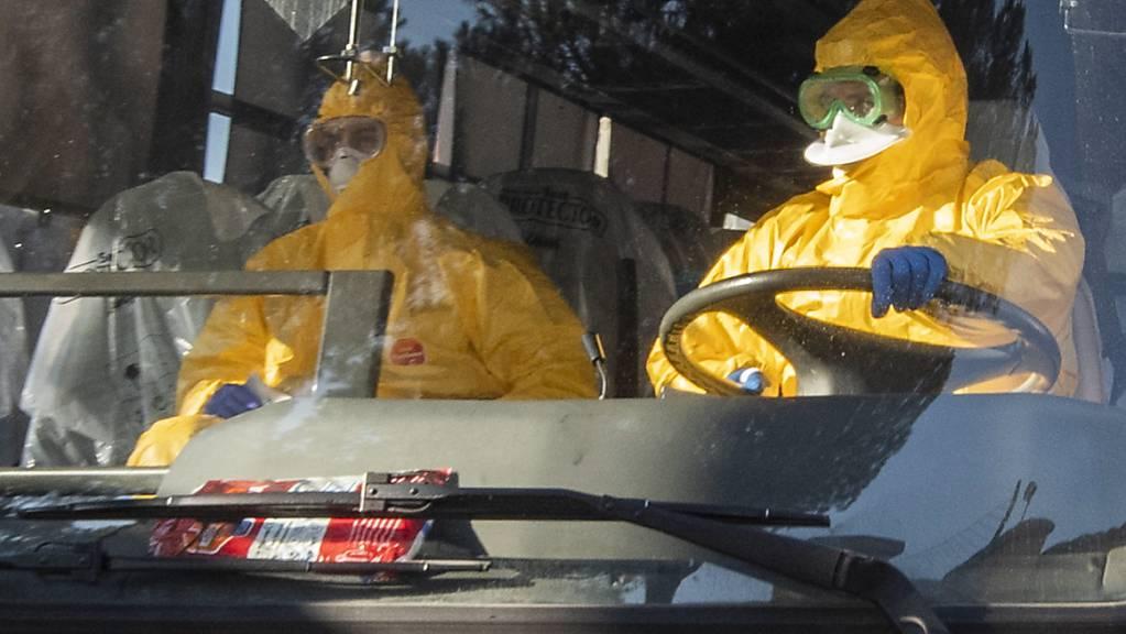 Italienische Touristen aus dem Coronavirus-Gebiet werden mit Lastwagen in Quarantäneunterkünfte bei Rom gebracht. (Archivbild)