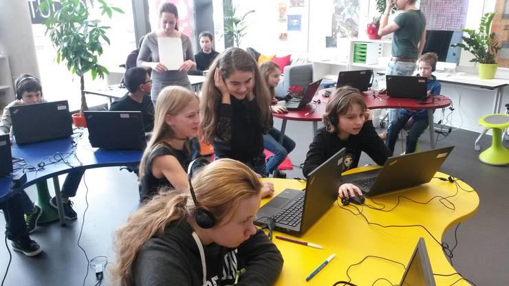 In sogenannten Makeshops erlernen die Schülerinnen und Schüler eine neue Denkweise, indem sie Informatik mit anderen Fächern wie Musik kombinieren.
