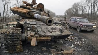 Ein zerstörter Panzer der ukrainischen Armee nahe Debalzewe
