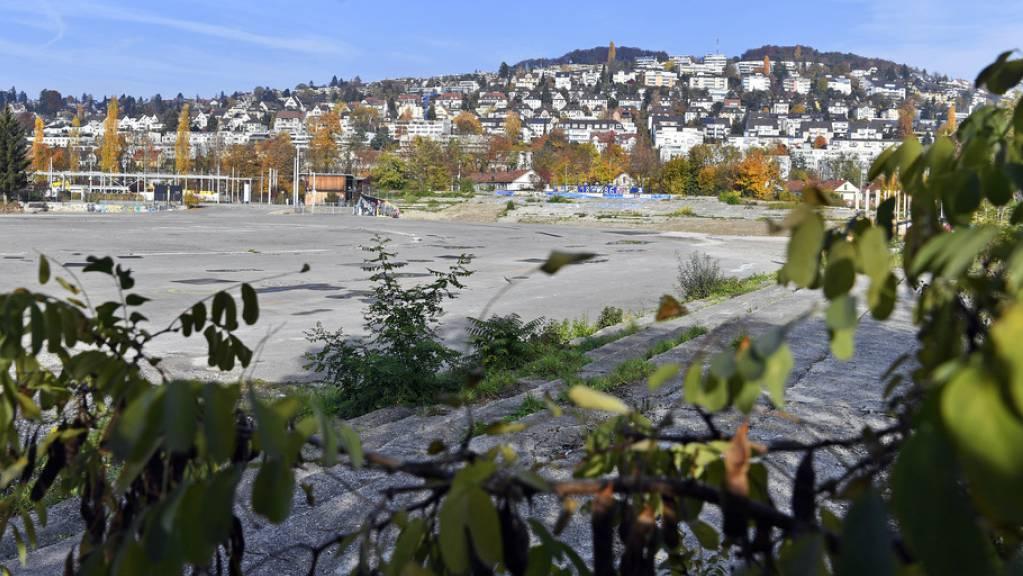Auf dem Hardturmareal in Zürich sollen ein neues Fussballstadion für 18'000 Zuschauer, eine Genossenschaftssiedlung mit 174 Wohnungen und zwei Hochhäuser mit 570 Wohnungen entstehen. (Archivbild)