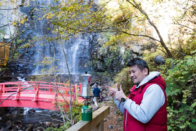 Kaffee lässt sich überall kochen – wenn denn der Gaskocher wie hier zu einem der Wasserfälle ausserhalb des Dorfes Otaki getragen wird.
