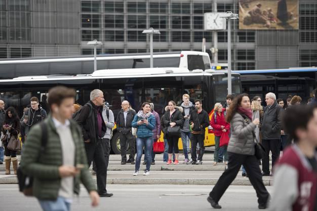 Die vielen gestrandeten Passagiere wurden auf Busse verwiesen.