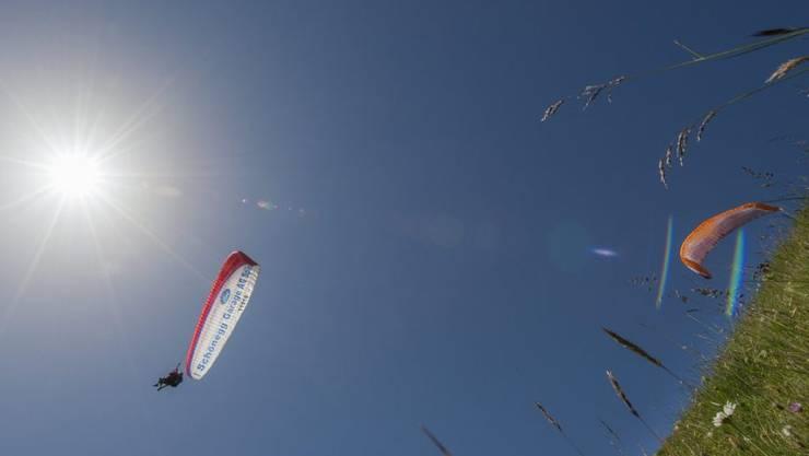 Im Tessin ist eine junge Gleitschirmfliegerin abgestürzt. (Symbolbild)