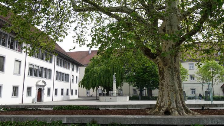 Der Hauswart machte im Klosterareal unerlaubte Filmaufnahmen. Zur Klosteranlage Muri gehört das Schulhaus Kloster (links), die Gemeindeverwaltung und das Amtshaus.