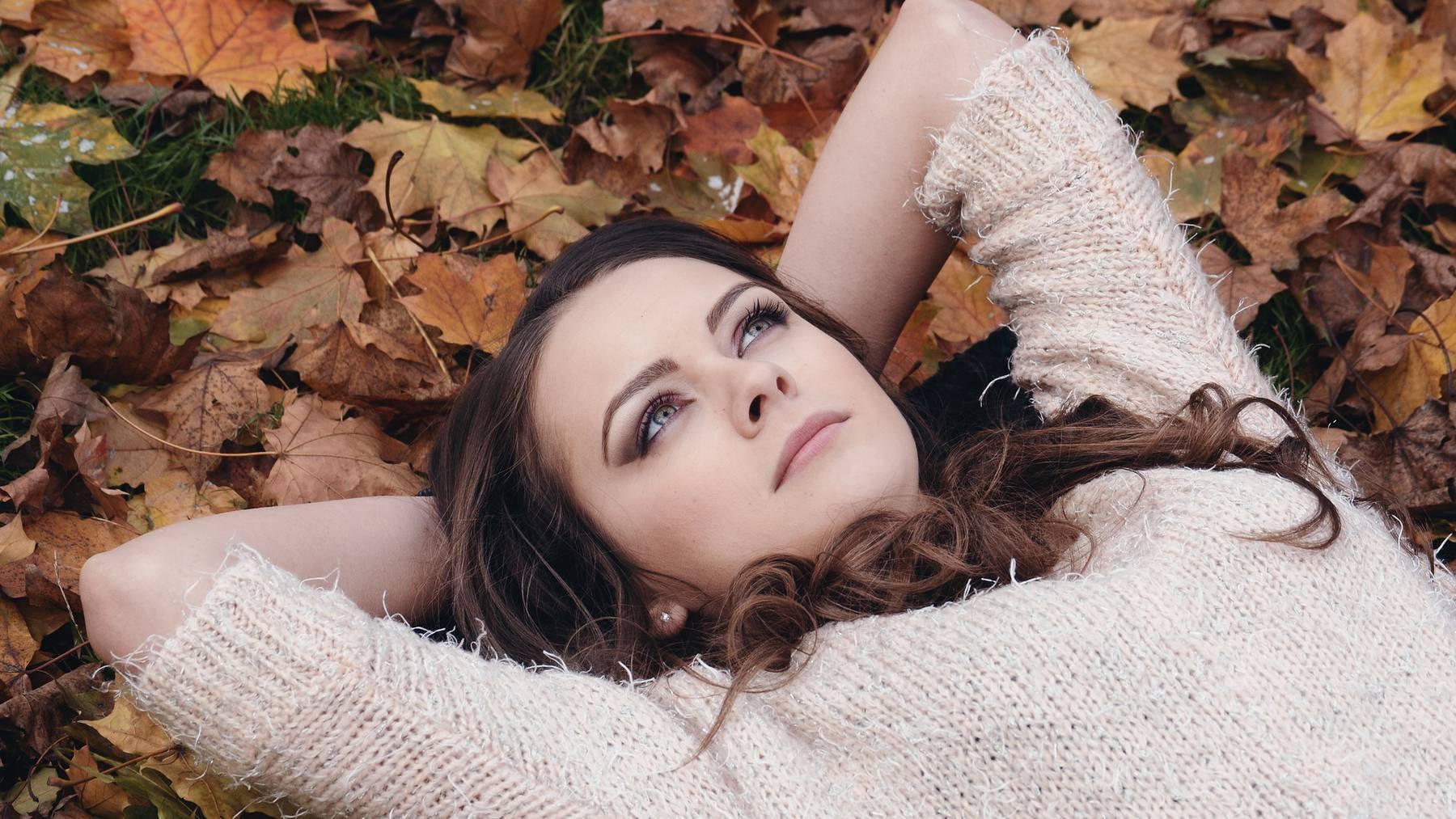 Frau in Blätter