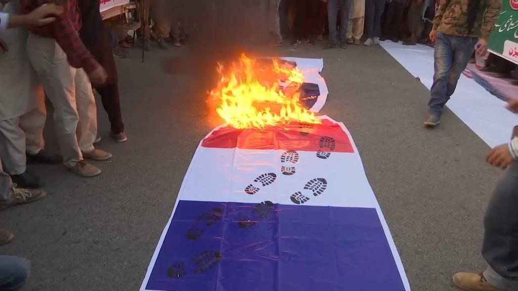 Brennende Frankreich-Flaggen bei Anti-Macron-Protesten in Pakistan