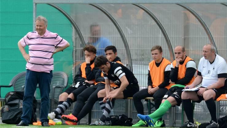 Hat weiterhin nicht viel Grund zur Freude: Sportchef Peter Faé (l.).