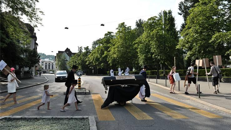 Bei brütender Hitze setzt sich der Trauerzug in Baden langsam in Bewegung. Philippe Neidhart