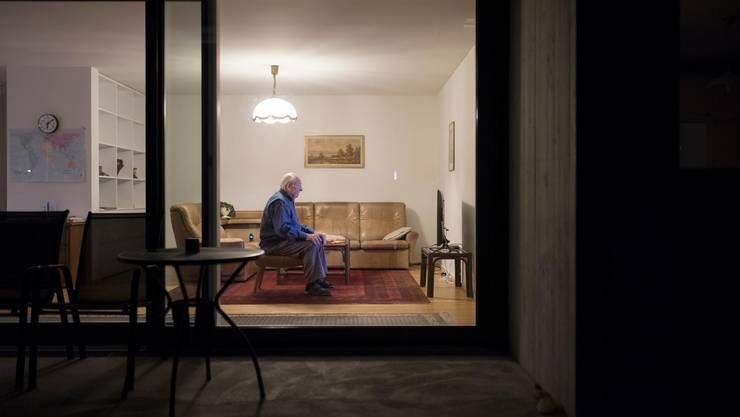 Toni Steiner schaut in seiner Wohnung die Tagesschau.