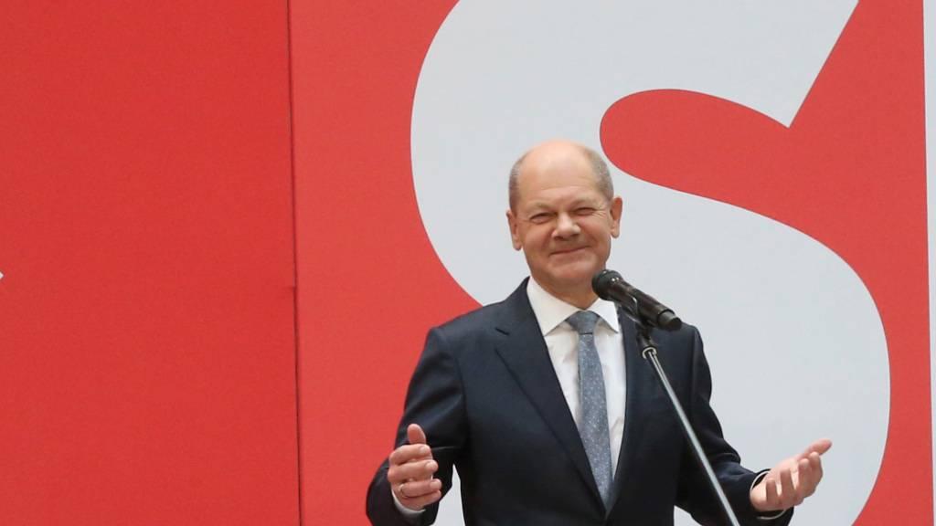 Am Tag nach der Bundestagswahl steht SPD-Kanzlerkandidat Olaf Scholz auf der Bühne im Willy Brandt Haus in Berlin. Foto: Wolfgang Kumm/dpa
