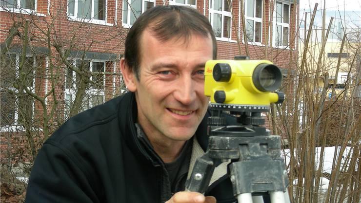 Gemeinderat Anton Möckel mit einem Nivelliergerät auf der künftigen Baustelle.Dieter Minder