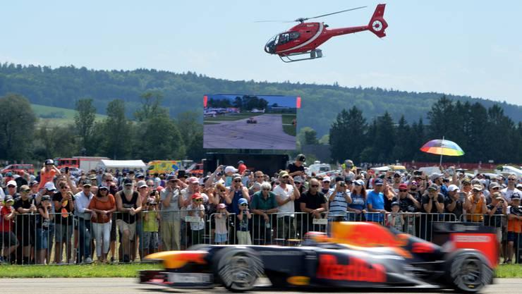 Boliden und Hubschrauber liefern sich am Red Bull Race Day in Grenchen ein Duell um Tempo, Pferdestärken und Dezibel.