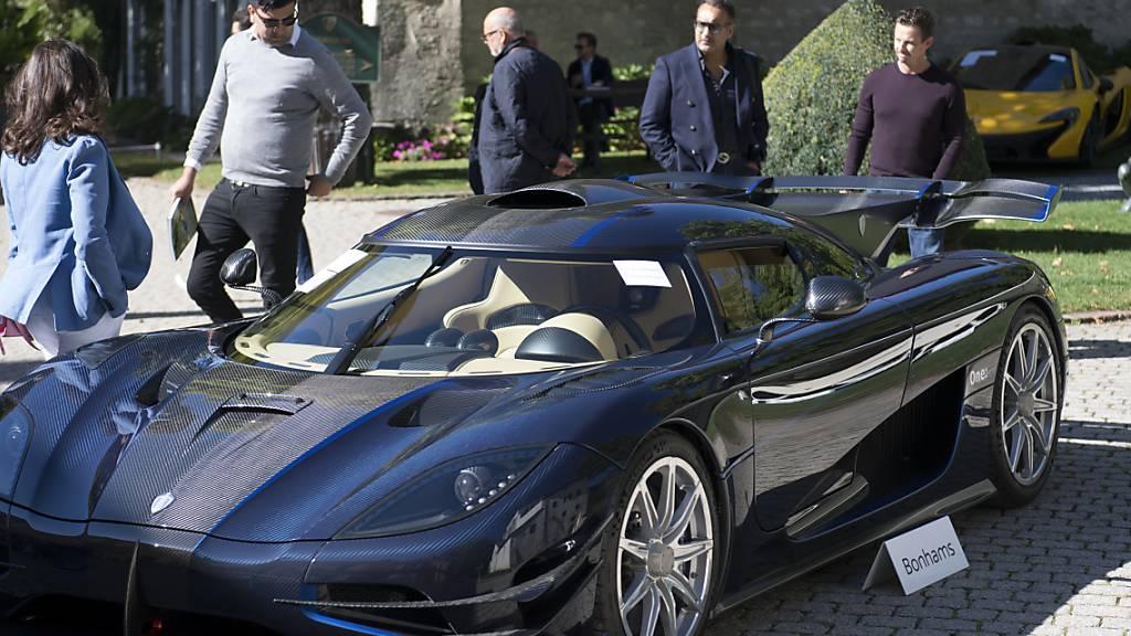 Interessenten begutachten einen Koenigsegg One, einer von 25 Luxuswagen des ältesten Sohnes des Präsidenten von Äquitorialguinea, der am Sonntag bei Genf versteigert wurde.