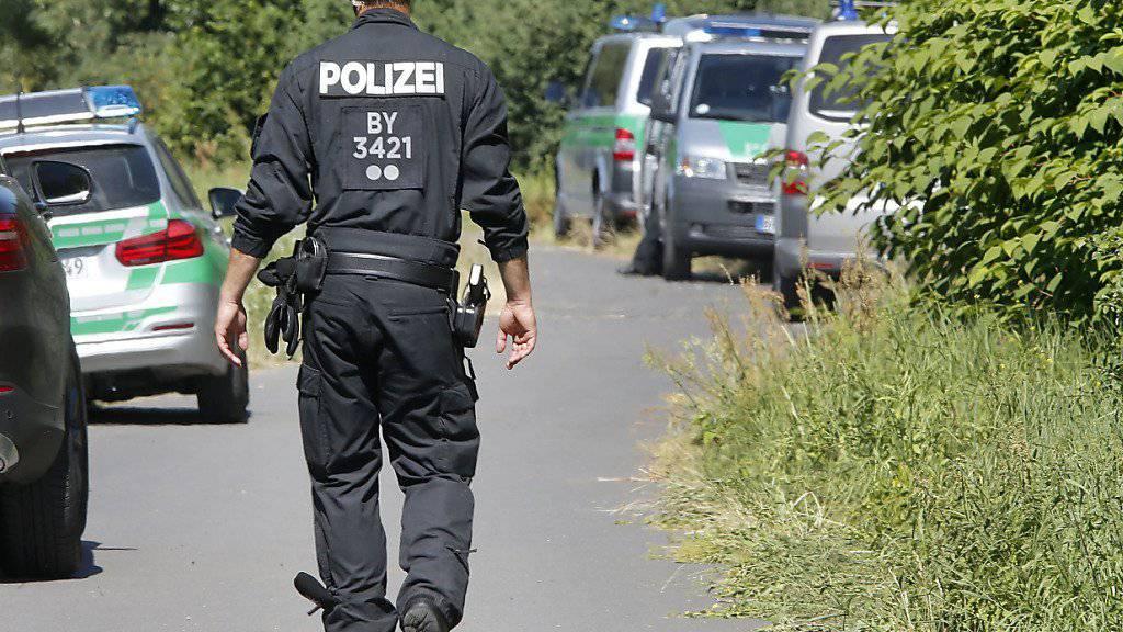 Polizisten in der Nähe des Tatorts in Würzburg.