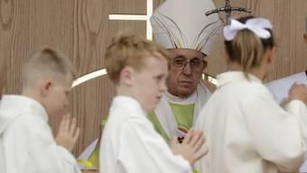 """Am Sonntag hatte Papst Franziskus gesagt, wenn sich Homosexualität schon in der Kindheit zeige, gebe """"es viel, das mit Psychiatrie gemacht werden kann, um zu sehen, wie die Dinge liegen"""". Am Montag zog der Vatikan die Aussage am Montag """"zurück"""". (Archivbild)"""