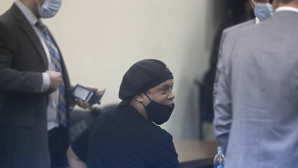 Der ehemalige brasilianische Fussballstar Ronaldinho (Mitte), der zusammen mit seinem Bruder in Paraguay wegen gefälschter Dokumente vor Gericht stand, kann in sein Heimatland zurückkehren. (Archivbild)