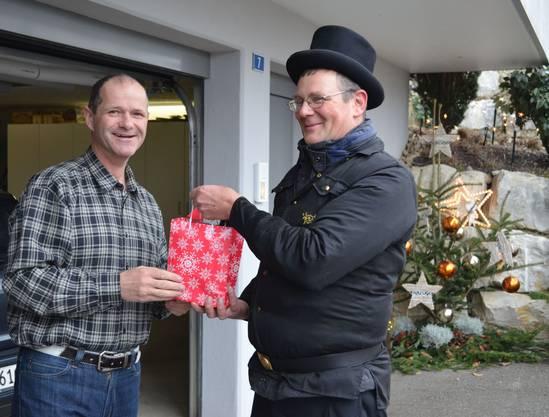 Kunde Urs Kohler (li.) überreicht Daniel Tschabold sein Geschenk.