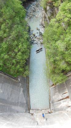 Heli rettet Rinder aus reissendem Bergbach