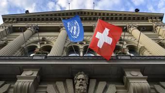 Zum 75-jährigen Jubiläum der Vereinten Nationen wurde am Bundehsaus die UNO-Fahne gehisst.