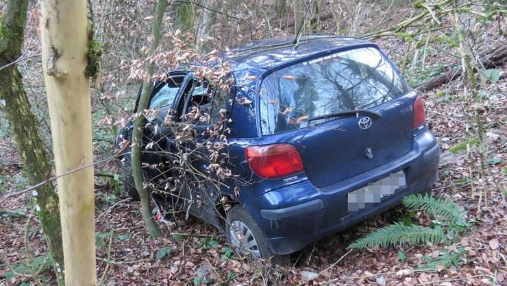 Auf einer schmalen Strasse musste eine Autofahrer ausweichen. Das Fahrzeug verhakte sich in einer Baumwurzel.
