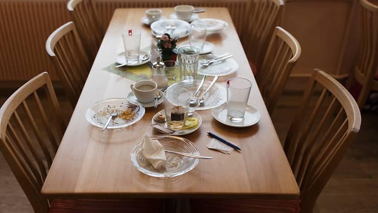 Sehen den Tisch wieder ein wenig besser gedeckt: Die Schweizer Wirte haben 2017 etwas mehr umgesetzt. Im Bild: Dreckiges Geschirr. (Symbolbild)
