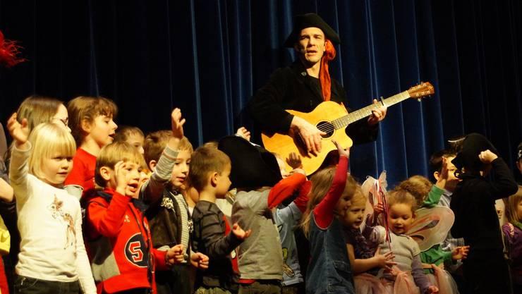 Umschwärmt: Der Kinderliedermacher Andrew Bond holte seine Fans in Birmensdorf auf die Bühne.  MMO