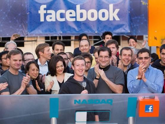 Facebook-Chef Mark Zuckerberg (Mitte) läutet den Handelsbeginn ein