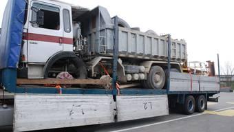 Dieser italienische Sattelschlepper hat verbotenerweise einen weiteren Lastwaren, zwei Gabelstapler und weitere Materialien für den Export geladen.