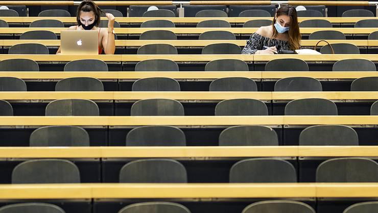 """An der Universität Zürich gilt ab kommendem Montag Maskenpflicht in allen öffentlichen Räumen, auch im Sitzen. In den Vorlesungen ist sie noch nicht Pflicht, aber """"ausdrücklich empfohlen"""". (Archivbild)"""