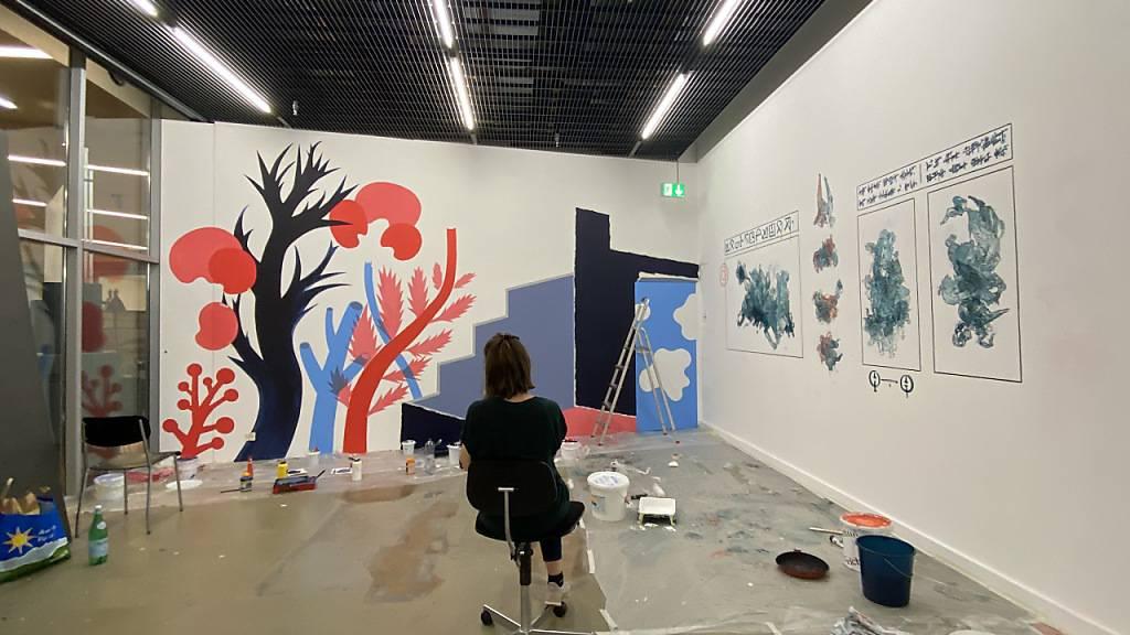 Die Illustratorin Malin Widén arbeitet an ihrem Bild «Where to go?».