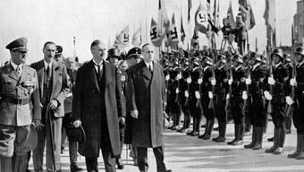 Neville Chaberlains Tragödie: Er (2. von rechts) kann 1938 in München Adolf Hitler (links) vom Krieg abbringen und dennoch den Frieden nicht retten.